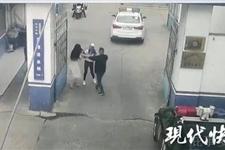 两美女主播因小事大打出手 从车里打到派出所